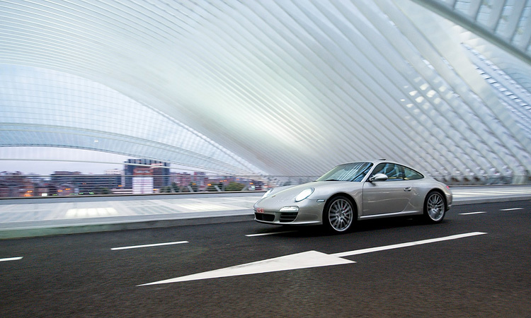 Porsche in TGV station Liege door Calatrava